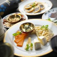 チーズやナッツなどサイドメニューもお楽しみください。