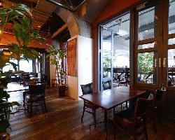 <お洒落な店内> 明るく開放的な、洗練された空間でお食事を♪