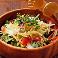 南国の味・青パパイヤを使った新鮮なサラダもお試しください。
