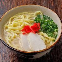 豚の旨みを味わえるスープが自慢の沖縄そばはいかがですか?