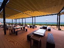 テラスは開閉式の天幕により、もし雨でも守ってくれます!
