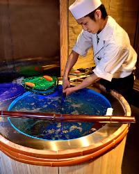 生簀(いけす)からの鮮魚をご提供。活きのいい魚をご堪能下さい