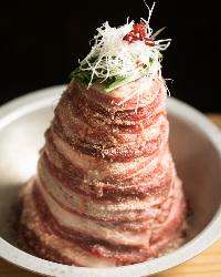 圧巻のビジュアル!そびえ立つ肉タワーが自慢の鍋『牛の肉冨士』