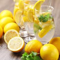 【ゴロゴロ果実】 レモンやライムがどっさりのサワーも人気