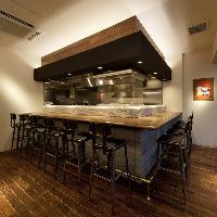 オープンキッチンのカウンターで一期一会を大切に致します。