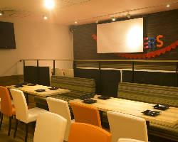 大型スクリーンやマイクなど充実の設備はすべて無料でご利用可能