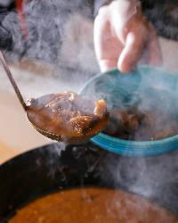 囲炉裏でじっくり煮込んだ牛すじこんは味が凝縮され絶品!