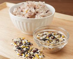 【素材にこだわり】 ごはんはヘルシーでおいしい雑穀米を使用★