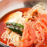 さっぱりとした口当たりの「トマト冷麺」は女性にも人気の〆