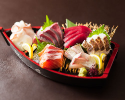 産地直送鮮魚のお造り盛合せは1人前からご用意できます。