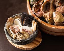 魚貝の石焼は当店自慢の逸品です。