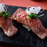 一番人気は炙り肉寿司!