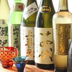 その日の仕入れによってラインナップが変わる各地の日本酒。