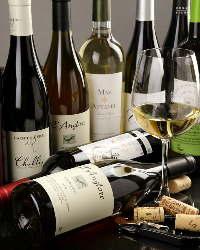 当店がこだわって厳選した自然派ワイン。約50種類を常備。