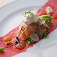 《前菜サラダ》 地元の美味、旬食材を使用した彩り豊かな前菜