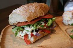 チキン、ビーフ、ベジタブル、3種類の本格サンドイッチ!