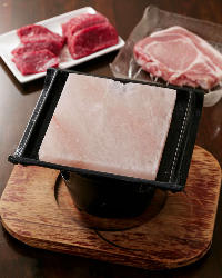 お肉の旨みを堪能できる 人気の岩塩焼