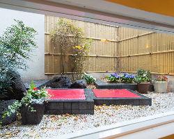 店内奥には庭園が眺める個室席もございます