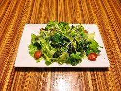 新鮮な山海の幸をたっぷり使った料理。旬の食材と出会う喜びを。