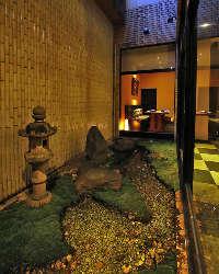 〈小さなお庭〉 窓からは坪庭の景色も眺められます