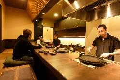 調理の様子がうかがえるカウンター席はおひとり様も大歓迎です