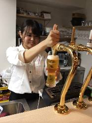 ビールで乾杯!経験豊かなスタッフがお入れまします