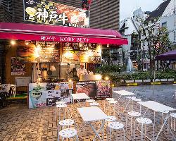 心斎橋駅徒歩5分!お店の前では屋台のお店も営業中!