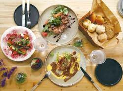 ボリューム満点で大人気♪4種のお肉料理を味わう肉盛りプレート