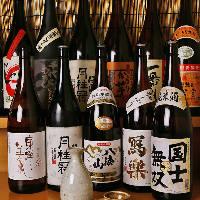 〈厳選焼酎/日本酒〉 30種類以上の銘柄を常備致しております。