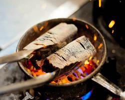 《炭火焼肉》 旨みを閉じ込めながらジューシーに焼き上げます
