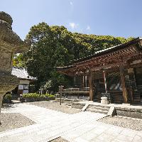 国宝である長弓寺本堂。法華院から徒歩1分。歴史を感じられます