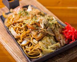 〆におすすめ焼きソバは、中太生麺が甘辛ソースとマッチ☆