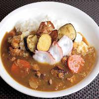ご飯ものも充実。【和風カレー】や【タコ玉子ライス】が人気。