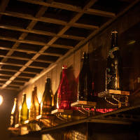カウンター上には、専用の棚に希少な日本酒の瓶が並びます