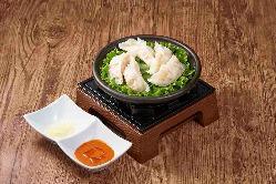 【プリプリえび海鮮餃子】つぼ八特製のタジン鍋で仕上げてます。