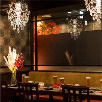 シャンデリアの光る窓際席もございます!予約必須のお席です