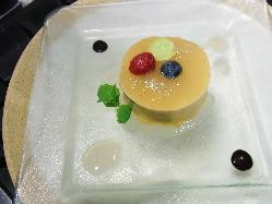 【新作デザート】キャラメルのムース 桃のゼリー添え