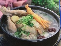 鶏肉や高麗人参を使用した熱々のサムゲダン