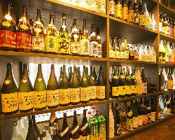 【お酒の種類が豊富】 カウンター裏にはボトルがズラリ!