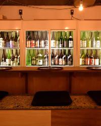 カウンター前にずらりと並ぶ日本酒は約80種!