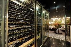 フランスワインを中心に300種類以上のワインをご用意。