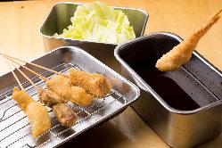 串かつ、唐揚げ、天ぷらなど、充実の品揃えを誇ります。
