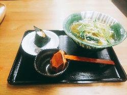 丁寧にとった出汁が決め手の、京風のうどんをご提供。