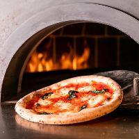 石窯の遠赤外線で焼き上げる本格ナポリピッツァは必食の一言