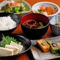 多種多彩な食材の加熱具合を注視する、人気の「炉端焼き」