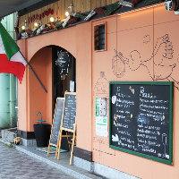 目印はかわいい壁のコウノトリ♪豊岡市役所前です!