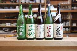 きき酒師がその月その月の日本酒を厳選して仕入れます。