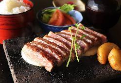 石焼ステーキ定食も2160円=~とリーズナブル