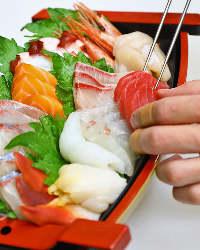 毎朝市場で仕入れる季節の鮮魚は、ぜひお造りでお楽しみください