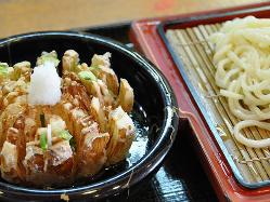 【玉ねぎつけ麺 華】淡路産の玉ねぎを丸ごと揚げています。